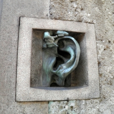 Orecchio-citofono di Adolf Wildt
